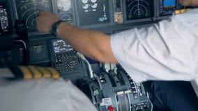 Un aviador está señalando en algo en una pantalla en una carlinga metrajes