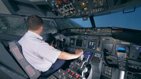 Un aviador se sienta en un simulador de vuelo y da vuelta a un avión a la izquierda 4K almacen de metraje de vídeo