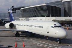 Un avion à réaction à la porte Image libre de droits