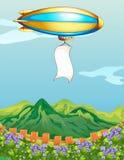 Un avion avec une bannière au-dessus de la montagne Photo stock