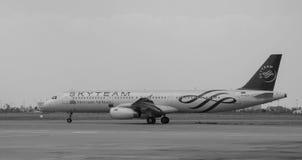 Un avion civil fonctionnant sur la piste à l'aéroport de Tan Son Nhat dans Saigon, Vietnam Photographie stock