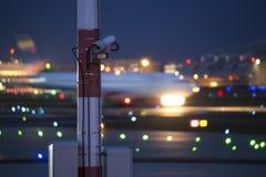 Un avion commençant la tache floue de vitesse à un aéroport la nuit Images libres de droits