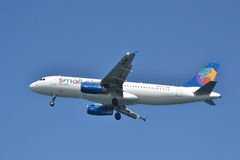 Un avion débarque. Photo stock