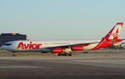 Un avion d'Avior au MIA d'aéroport international de Miami Photo stock