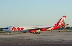 Un avion d'Avior au MIA d'aéroport international de Miami Image stock