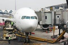 Un avion dans l'aéroport Photos libres de droits