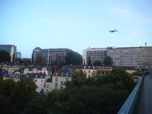 Un avion dans l'approche d'atterrissage au-dessus d'une ville en Europe photo libre de droits