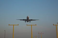 Un avion de Boeing entrant dans la terre Photos libres de droits
