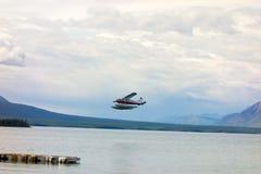 Un avion de charte utilisé pour les visites et la cargaison sur le lac d'atlin image libre de droits
