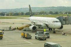 Un avion de début Alliance à l'aéroport international de Stuttgar Photo stock