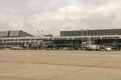 Un avion de jet de ville à l'aéroport international de Stuttgart, homme Photographie stock