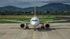 Un avion de passager s'accouplant à l'aéroport photographie stock