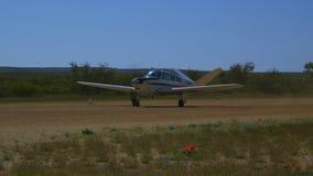Un avion de propulseur faisant demi-tour sur une piste banque de vidéos