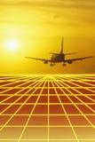 Un avion enlèvent au coucher du soleil Image stock