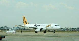 Un avion fonctionnant sur la piste à l'aéroport de Tan Son Nhat dans Saigon, Vietnam Images libres de droits