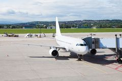 Un avion à l'aéroport sur le macadam Photographie stock libre de droits