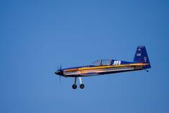 Un avion modèle fait un flyby Photos stock