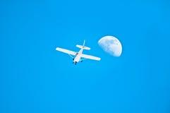 Un avion près de la lune Photo libre de droits