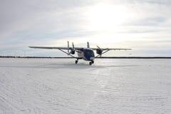 Un avion sur le champ neigeux photos libres de droits
