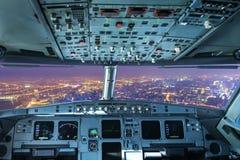 Un avion a volé au-dessus de Changhaï le soir Images libres de droits