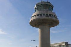 Un avion vole à côté de tour de contrôle à l'aéroport de Barcelone, PS Image libre de droits