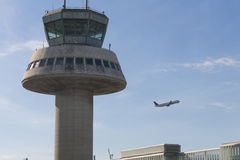 Un avion vole à côté de tour de contrôle à l'aéroport de Barcelone, PS Photo stock