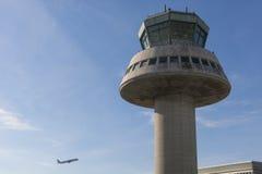 Un avion vole à côté de tour de contrôle à l'aéroport de Barcelone, PS Photographie stock