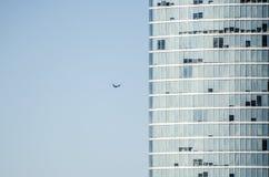 Un avion vole juste dedans au bâtiment photos libres de droits
