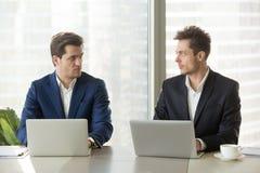 Un'avversione sicura di due uomini d'affari, competiti di affari Fotografie Stock Libere da Diritti
