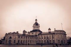 Un ayuntamiento debajo del cielo gris Fotos de archivo