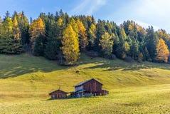 Un'azienda agricola a distanza sulle alpi svizzere in autunno Fotografia Stock