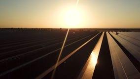 Un'azienda agricola a energia solare industriale al tramonto fotografie stock libere da diritti
