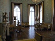 Un azul adornó suavemente rico la sala de estar con el moldeado del estuco en sienes en el estilo de los décimo octavos y diecinu fotografía de archivo