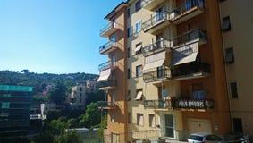 Un bâtiment à plusiers étages italien typique photographie stock libre de droits