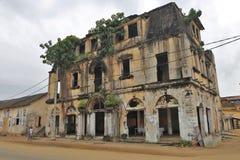Un bâtiment antique dans une rue de bassam grand en Côte d'Ivoire photos stock