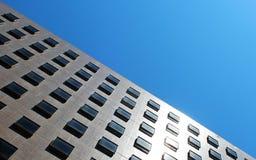 Un bâtiment avec la fenêtre carrée