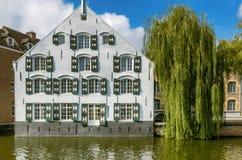 Un bâtiment blanc par la rivière Nete dans Lier, Belgique Images libres de droits