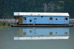Un bâtiment de flottement reflété dans l'océan Image stock