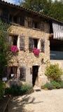 Un bâtiment en pierre antique avec des fleurs en Italie du nord-ouest Image libre de droits