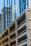 Un bâtiment en verre bleu avec une réflexion d'un autre bâtiment Garage neuf Photo libre de droits