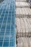 Un bâtiment et un bâtiment en construction Image libre de droits