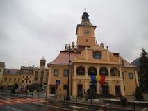 Un bâtiment historique jaune en Brasov images stock