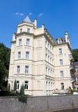 Un bâtiment jaune dans le néo- style gothique Karlovy varient R tchèque images stock