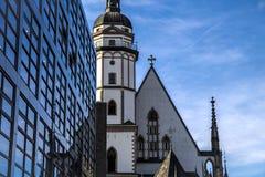 Un bâtiment moderne devant l'église de St Thomas à Leipzig Johann Sebastian Bach a travaillé ici à partir de 1723 jusqu'à sa mort Images stock
