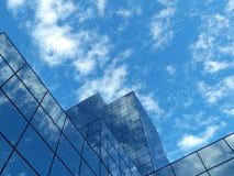 Un bâtiment moderne garni du verre Photos libres de droits
