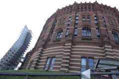 Un bâtiment récent et château-semblable photos stock