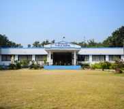 Un bâtiment scolaire de jardin d'enfants avec un terrain de jeu devant lui images stock