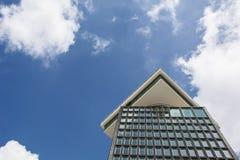 Un bâtiment sous le ciel bleu avec des réflexions dans les fenêtres Image stock