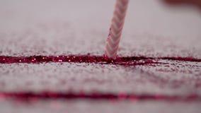 Un bâton rose suce un chemin des miroitements rouges banque de vidéos