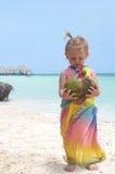 Un bébé avec le cocoanut Photographie stock